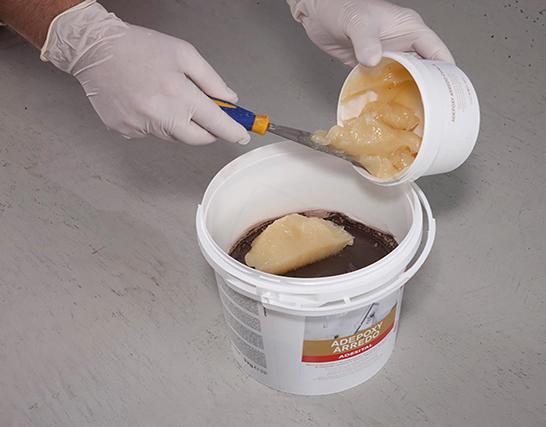 Come stuccare un mosaico vetroso in ambienti umidi e ad alto utilizzo per la fugatura di materiali ceramici e vetrosi