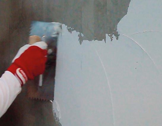 Come applicare a rivestimento un mosaico vetroso su un intonaco cementizio